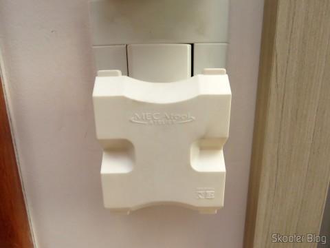 Adaptador de Tomada com 4 saídas de 3 pinos (2P+T) 10A ligado à tomada