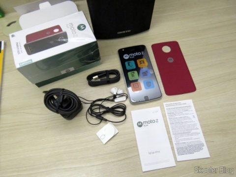 Smartphone Motorola Moto Z Play e seus acessórios