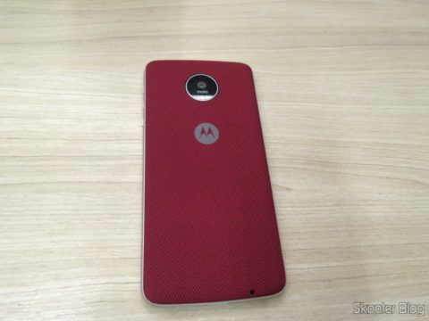 Snap Style Nylon Shell Rouge coupled to the Moto X Play