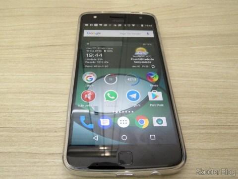 Moto Z Play com a capa do Kit 2 em 1 Película de Vidro e Capa Anti Impacto Transparente para Motorola Moto Z Play