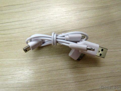 Cabo USB que acompanha o Mini Powerbank, com saídas micro USB, mini USB e os dois padrões da Apple