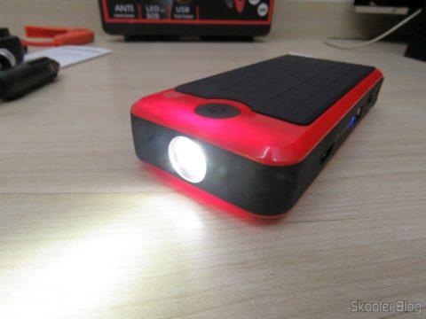 Mini Powerbank com Jump Starter para Carro e Moto, com a lanterna acesa