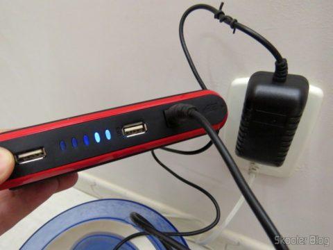 Carregando o Mini Powerbank em uma tomada 127V