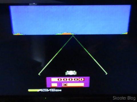 Enduro no Atari 2600 da Polyvox c/ fonte externa, em TV LCD