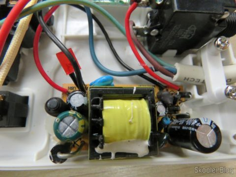 Por dentro do Filtro de Linha com 6 Tomadas Universais, 2 USB, e Interruptores Individuais