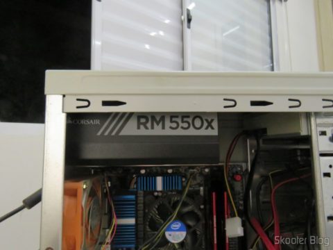 Fonte de Alimentação Totalmente Modular RMx Series™ RM550X, instalada