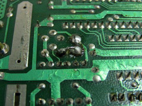 O jumper feito entre uma das pernas do oscilador e uma das pernas do transistor ao lado, restaurando a trilha cortada pela Polyvox