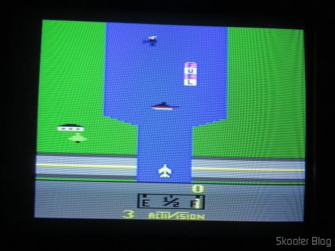 River Raid, com o 2600RGB via vídeo composto em TV CRT.