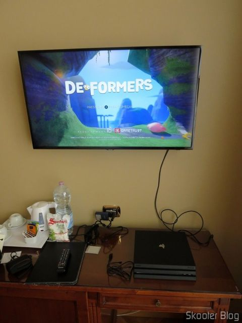 Testando o Deformers no Playstation 4 Pro, na TV do hotel.