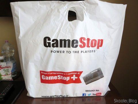 Playstation 4 Pro, na sacola da GameStop italiana.