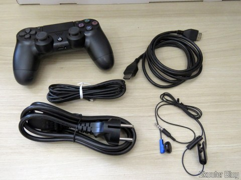Acessórios que acompanham o Playstation 4 Pro.