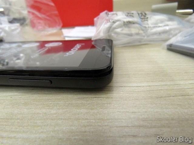 O Smartphone Lenovo Vibe B 8GB, com a tampa mal encaixada.