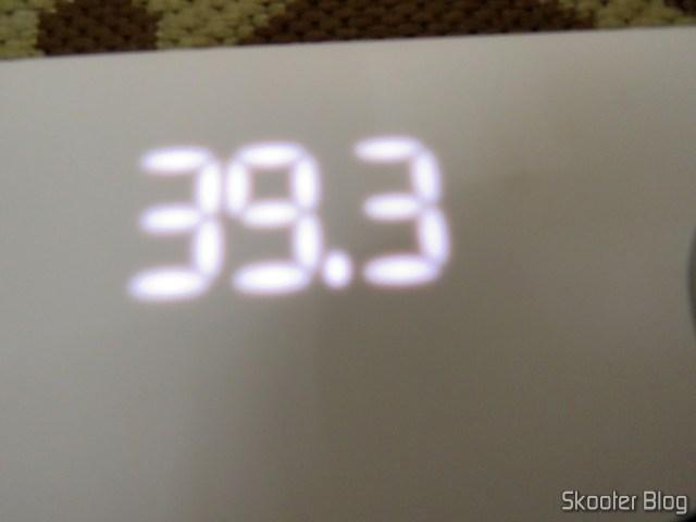 O display da Xiaomi Mi Smart Scale 2, que não fica bem nas fotos, mas é bem visível pessoalmente.