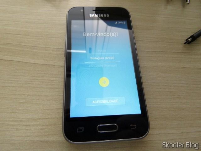 Smartphone Samsung Galaxy J1 Mini Duos, em funcionamento.