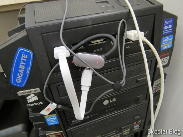 Xiaomi Bluetooth Sport Earbuds, conectado ao cabo USB de recarga, conectado ao PC.