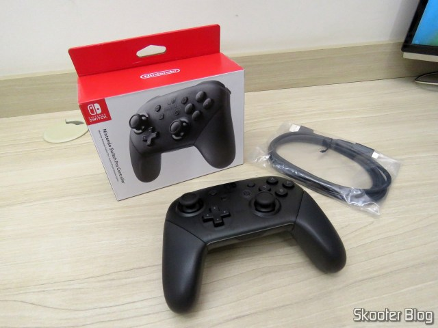 Nintendo Pro Controller Switch, USB cable and packing.