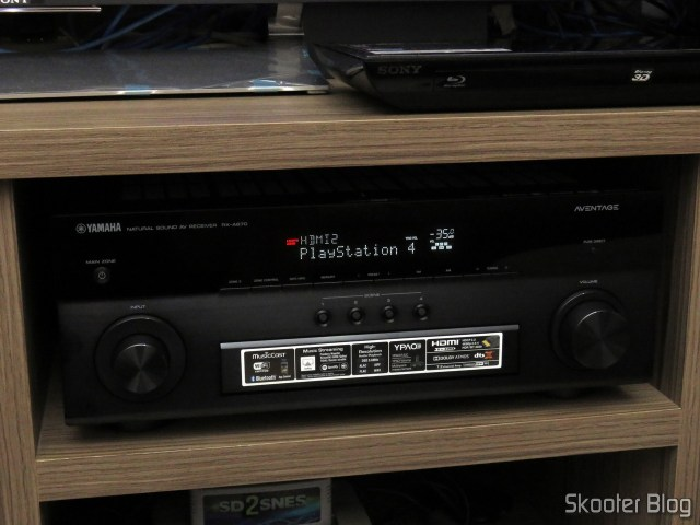 Receiver Yamaha Aventage RX-A870, identificando a fonte: Playstation 4.
