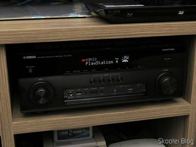 Receiver Yamaha Aventage RX-A870, com a tampa frontal aberta.
