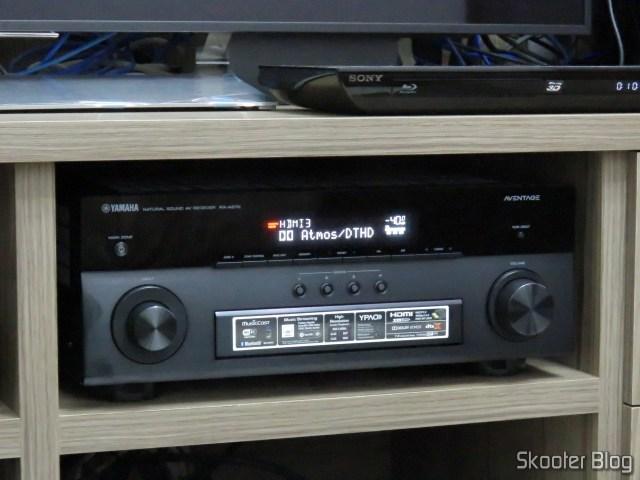 Receiver Yamaha Aventage RX-A870 reproduzindo conteúdo Dolby Atmos / Dolby TrueHD.