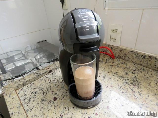 Preparing a Mocha in Coffee Nescafé Dolce Gusto Black Mini Me.