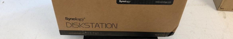 Synology 4 bay NAS DiskStation DS918+ (Diskless) sendo pesado na Box1. Note a caixa amassada.