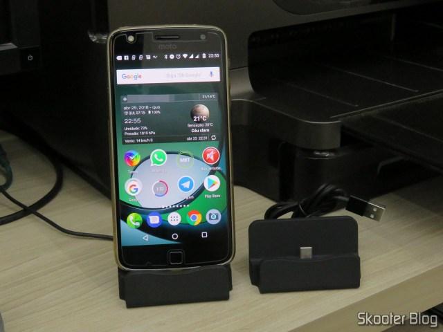 O segundo Dock Station para Celular com Plug USB Tipo C, com meu Moto Z Play acoplado, e o primeiro Dock Station. Iguaizinhos.