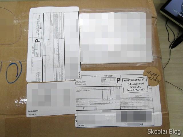 As etiquetas no pacote da Box1. Não tem nada escrito à mão por aqui.