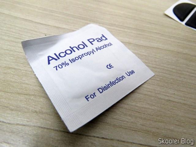 Lenço com Álcool Isopropílico, que acompanha o kit.