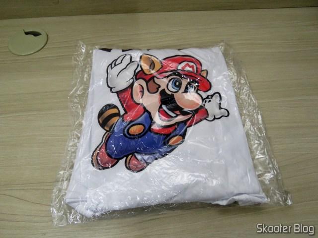 Camiseta do Super Mario, em sua embalagem.