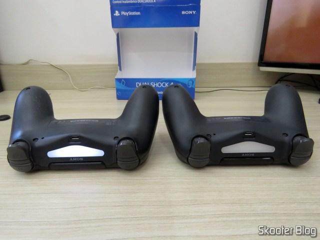 Controle PS4 Playstation 4 Dualshock 4 Original Sony Sem Fio., ao lado do controle que acompanha o Playstation 4 Pro.