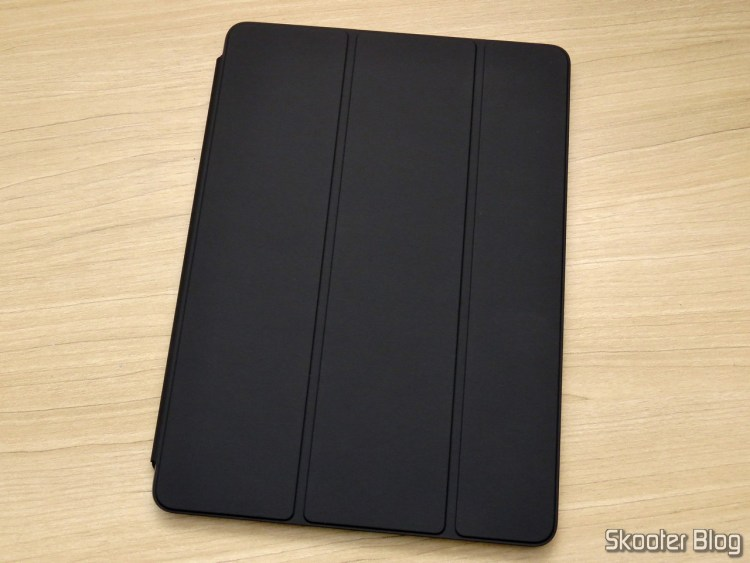 Apple iPad Smart Cover 2018 Charcoal Gray MQ4L2ZM/A, on the iPad.