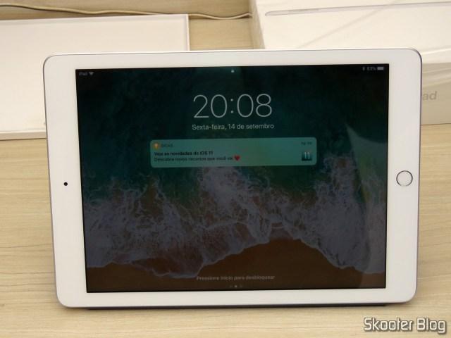 Apple iPad Smart Cover 2018 Cinza Carvão MQ4L2ZM/A, no modo suporte.