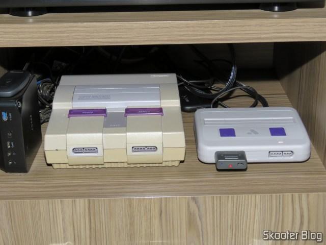 Analogue Super Nt, reposicionado ao lado do Super Nintendo original.