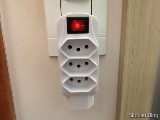 Adaptador de Tomada C/ Interruptor / 4 Tomadas 2P+T, em sua embalagem.