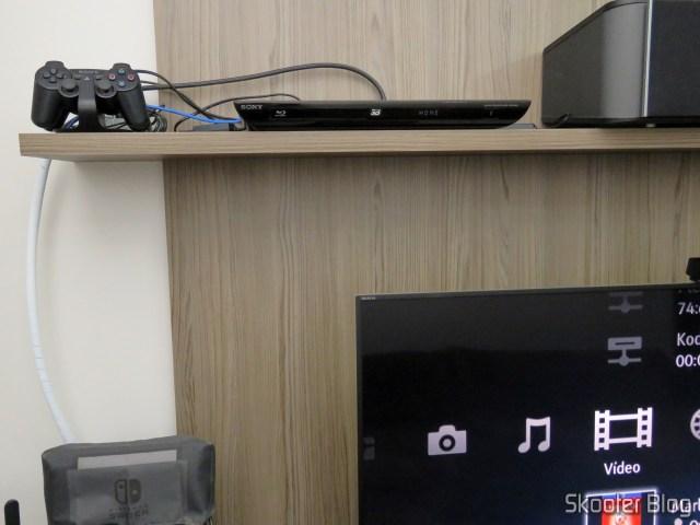 Adaptador HDMI angular Ugreen, instalado no Blu-Ray Player.
