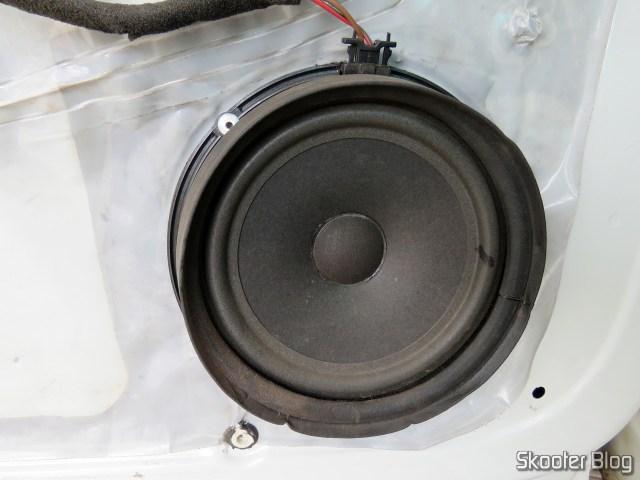 O alto-falante vagabundo original do Gol G5, tem uma borracha em volta que pode cair na hora de remover a moldura. Cuidado pra não perder e lembre-se de coloca-la de volta antes de recolocar a moldura.