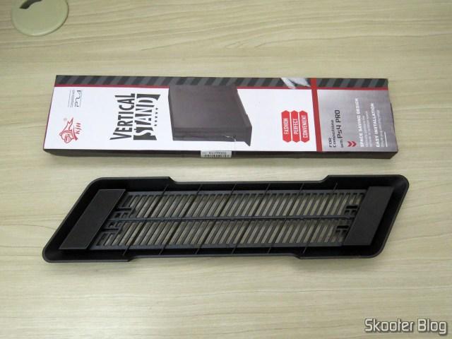 Suporte de Montagem Vertical para Playstation 4 Pro (stand), e sua embalagem.