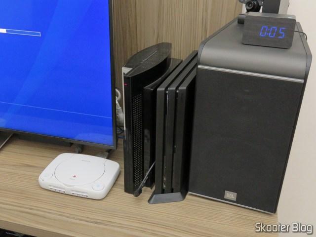 Suporte de Montagem Vertical para Playstation 4 Pro (stand) acoplado ao meu Playstation 4 Pro.