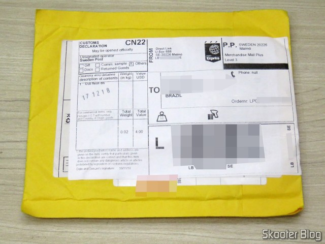 Pacote com o Sandisk microSDHC Ultra UHS-1 32GB falsificado.