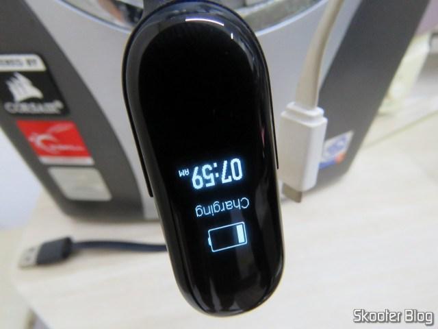 Xiaomi Mi Band 3 Original, em funcionamento, sendo carregada.