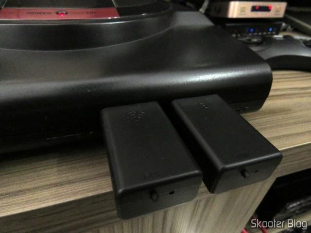 Os dois receptores dos Joyzz, conectados no meu Sega Genesis.