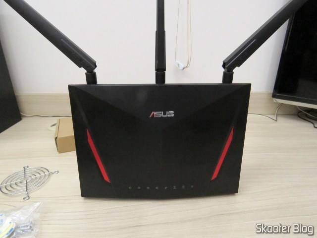 The router ASUS RT-AC86U, before the installation of fans.