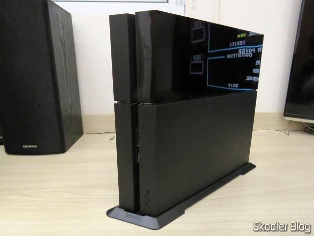 2º Suporte de Montagem Vertical para Playstation 4 (stand) instalado no meu Playstation 4.