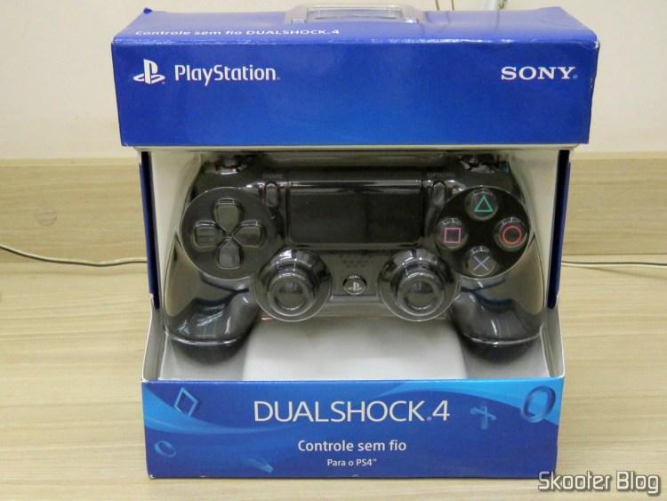 Controle para PS4 Sem Fio Dualshock 4 Sony, em sua embalagem.