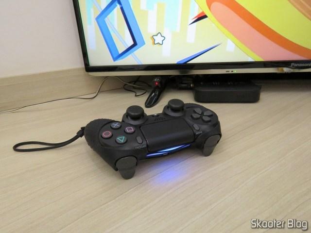Controle para PS4 Sem Fio Dualshock 4 Sony, em funcionamento.
