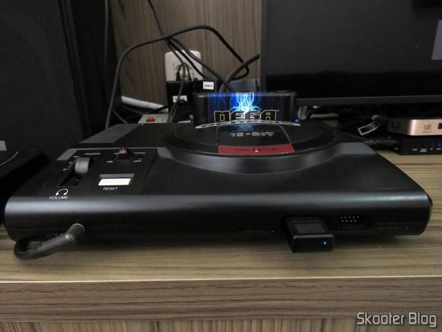 Receptor do 8BitDo M30, conectado ao Sega Genesis.