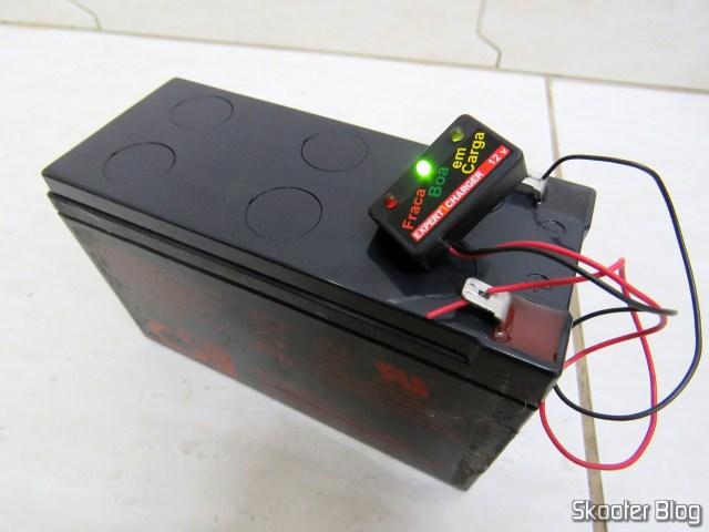 Teste do voltímetro em uma bateria.