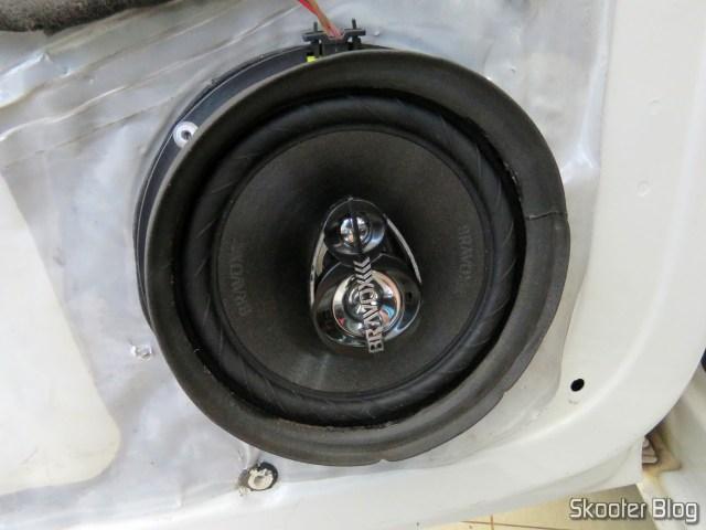 Alto Falante Triaxial Bravox Linha Original 6 Pol B3X60 VWGOL, já fixado na porta, e com a borracha de direcionamento.