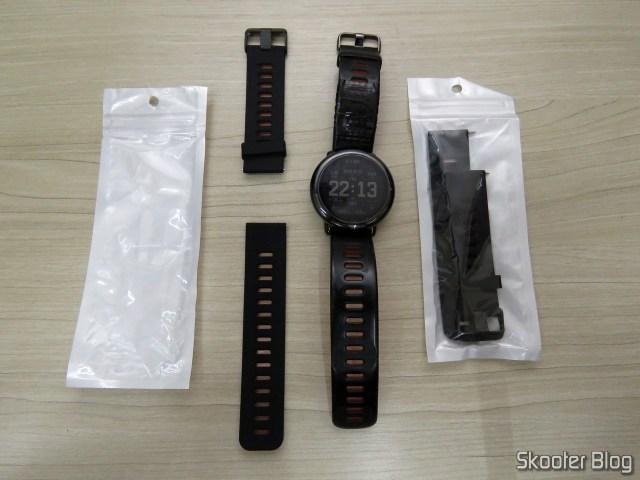 Replacement wristbands for Smartwatch Xiaomi Huami Amazfit Pace, ao lado do Amazfit Pace com sua pulseira original remendada.