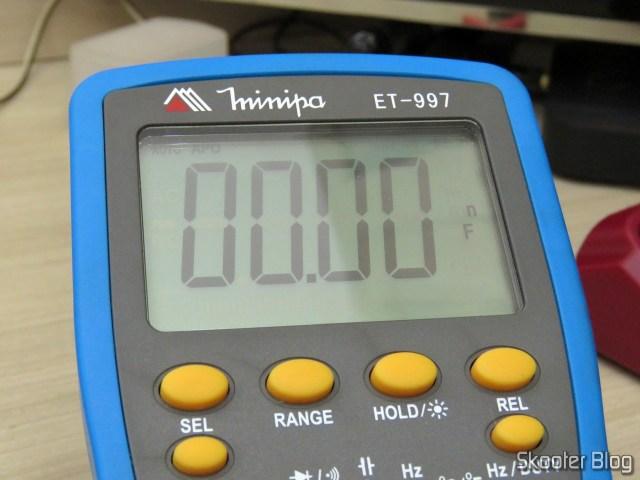 Measuring capacitor C218 with the multimeter Minipa ET-997.